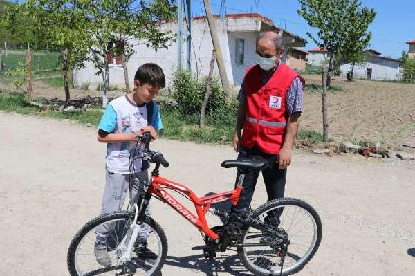 İki çocuğun bisiklet hayalini Kızılay gerçekleştirdi