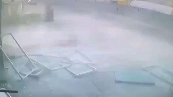 Pendikte metro inşaatında şiddetli patlama anı kamerada