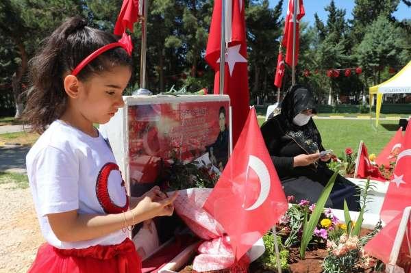 Tam kapanmadan muaf tutulan şehit aileleri çocuklarının mezarlarını ziyaret edip dualar ettiler