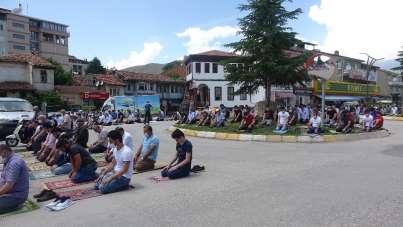 Camiye sığmayan cemaat kavşakta, yol kenarında namaz kıldı
