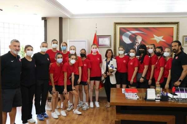 İşitme Engelliler Voleybol Kadın Milli Takımından Başkan Köseye ziyaret