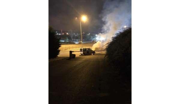 Kaza yapıp alevli yanan aracı sulama ekipleri söndürdü