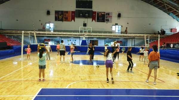 Yunusemrede yaz voleybol kursu yoğun ilgi görüyor