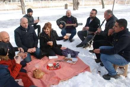 Kar üstüne örtü serip piknik yaptılar
