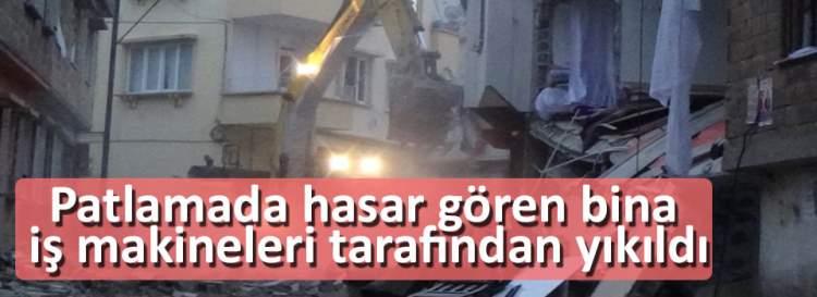 Patlamada hasar gören bina iş makineleri tarafından yıkıldı