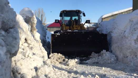 20 yılın en çetin kışını geçiren Karlıova'da karla mücadele