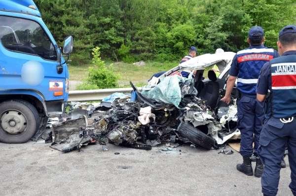 Sinop'ta kargo kamyonu ile otomobil kafa kafaya çarpıştı: 2 ölü, 1 yaralı