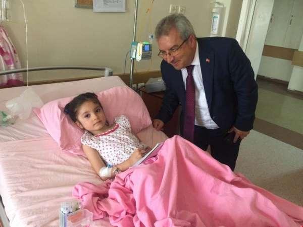 Kaymakam Yıldırım'dan kazada yaralanan minik Zeynep'e moral