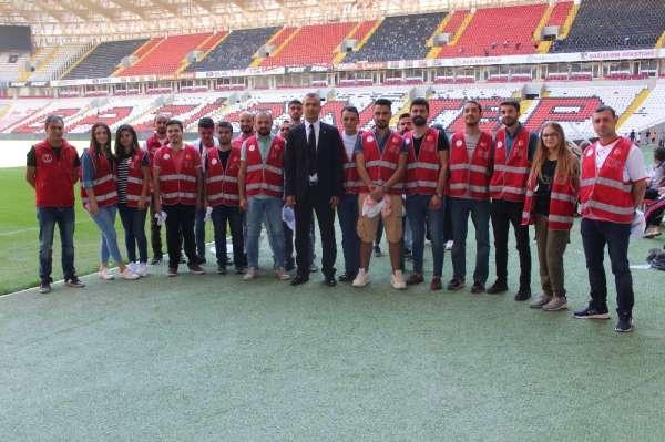 (Özel haber) Beşiktaş maçı öncesi gönüllü gençler stadı temizledi