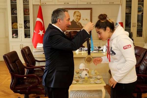 AİÇÜ Rektörü Prof. Dr. Karabulut, şampiyon sporcuyu kutladı