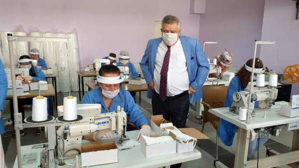 Karacasulu kadınlar kaymakamlık öncülüğünde maske üretiyor
