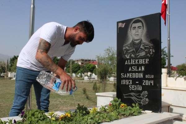 Avusturyadan geldi, şehit mezarlarını temizleyip kurumuş çiçekleri suladı