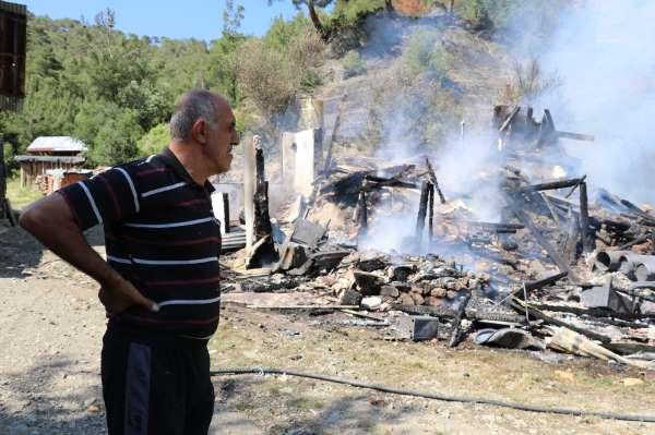 Amasyada bir ev yanarak kül oldu