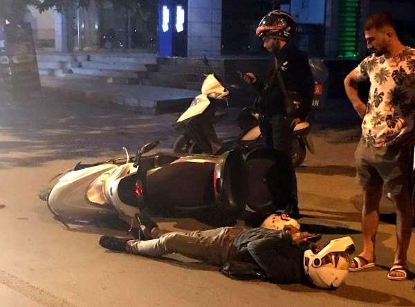 Bomboş yolda iki motosikletli kurye kaza yaptı, biri yaralandı