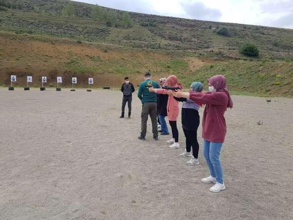 Üniversite öğrencilerine uygulamalı atış ve silah eğitimi verildi
