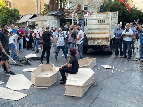 Beyrut Limanı patlamasında yakınlarını kaybeden ailelerden tabutlu protesto