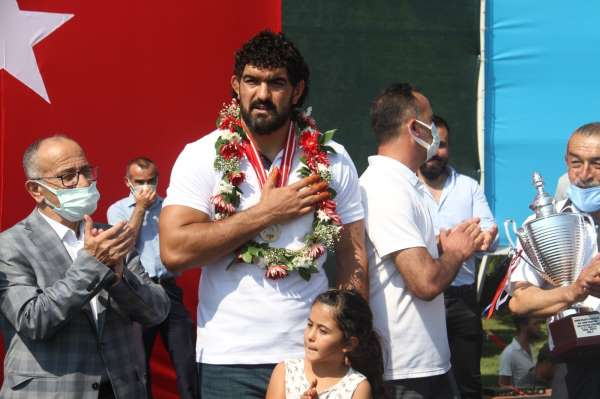 Konyalı pehlivan İsmail Koç memleketinde şampiyon gibi karşılandı