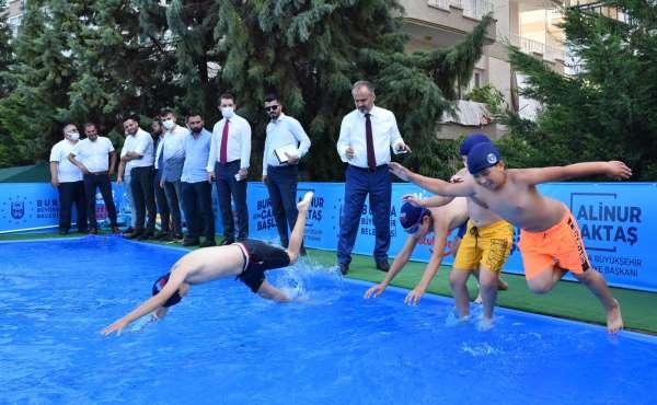 Okul bahçesinde yüzme öğreniyorlar