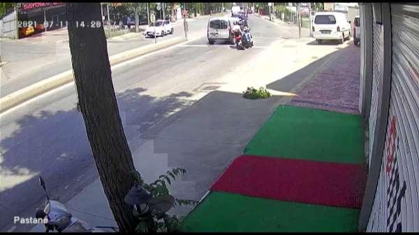 Pendikte otomobilin sıkıştırdığı motosikletlilerin kaza yaptığı anlar kamerada