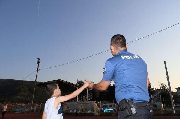 Polis memuru çocuğa yardımcı oldu, uçurtması gökyüzünde süzüldü
