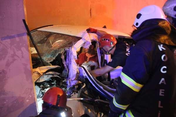 TEMde kaza yapan otomobil telefon kulübesine girdi: 3 yaralı