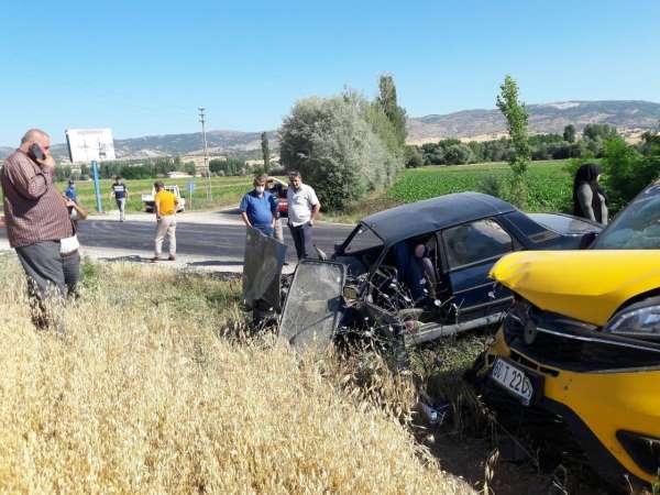 Tokatta ticari araçla otomobil çarpıştı: 4 yaralı