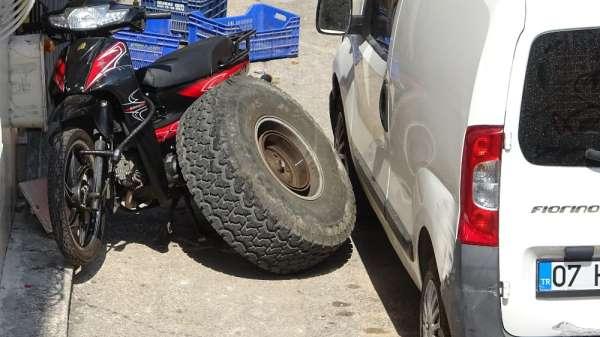 Kaza yapan arazi aracının tekeri koptu, salça yapan vatandaş ölümden kıl payı ku