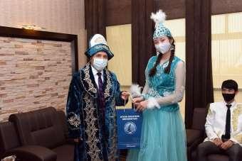 Kazakistanlı öğrenciler milli kıyafetleriyle Rektör Karakaş'ı ziyaret etti