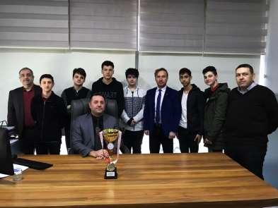 Şehit Erol Olçoklu öğrenciler Badminton'da şampiyon oldu