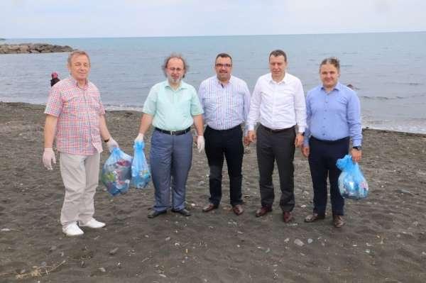 Ellerinde poşetlerle plajı çöplerden temizlediler