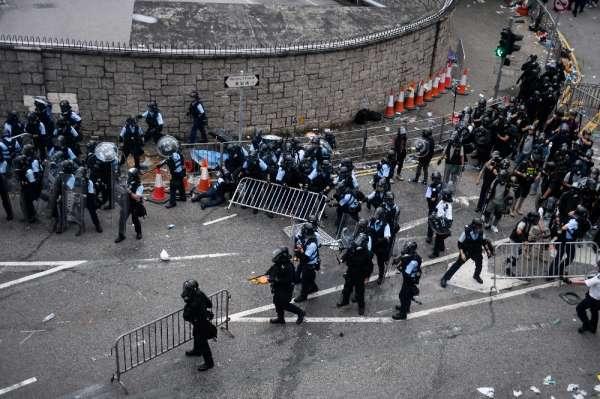 Hong Kong'ta suçluların iadesi yasası askıya alındı