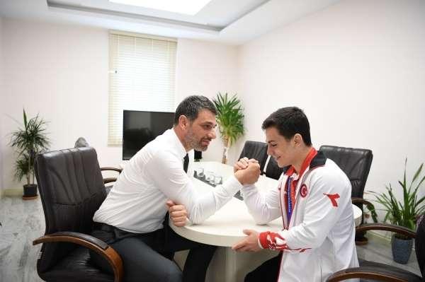 Başkan Kocaman, şampiyon sporcu ile bilek güreşi yaptı