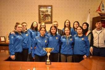 Şampiyon kızlardan Başkan Çatal'a ziyaret