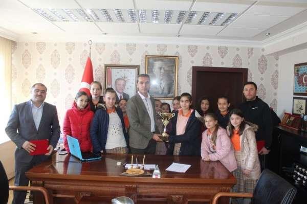 Kütahya'nın tek ilçe ortaokul kız basketbol takımı ödüllendirildi