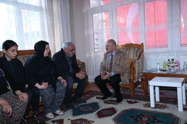 Vali Çakacak, Şehit Karaca'nın ailesini evinde ziyaret etti