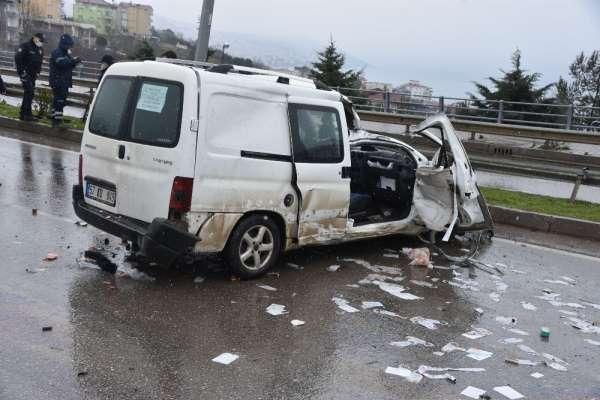 Sinopta eve servis yapan market aracı kaza yaptı: 2 yaralı