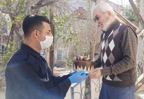 Çocukları 155'i aradı, polis yaşlı adama sürpriz yaptı