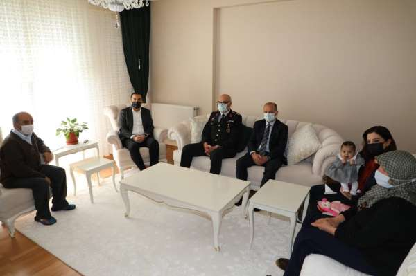 Vali Öksüz şehit ailelerine bayramda yalnız bırakmadı