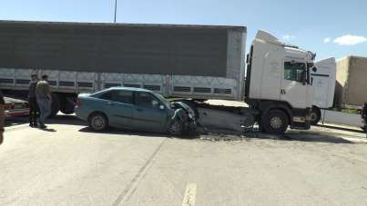 Erzurum'da feci kaza, ışık ihlali yapan otomobil tırın altına girdi