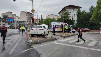 Kaza yapan aracın yangın tehlikesi ekipleri harekete geçirdi