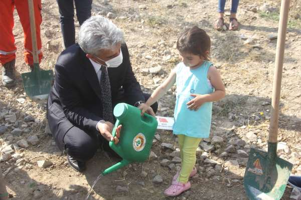 3 yaşındaki şehit yeğeni, dayısı için fidan dikti
