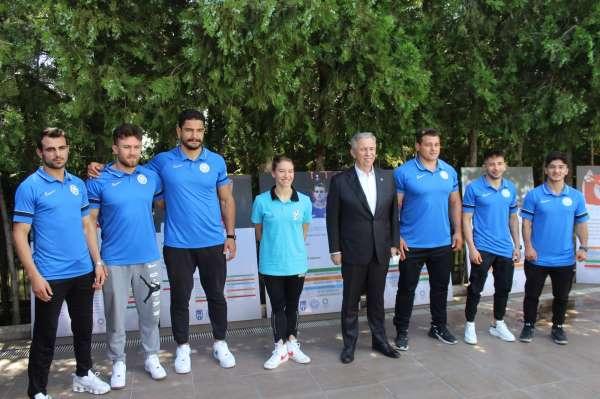 Ankara Büyükşehir Belediye Başkanı Yavaş, milli sporcularla bir araya geldi