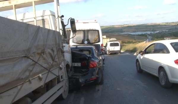 Arnavutköyde 6 araçlı zincirleme trafik kazası: 3 yaralı