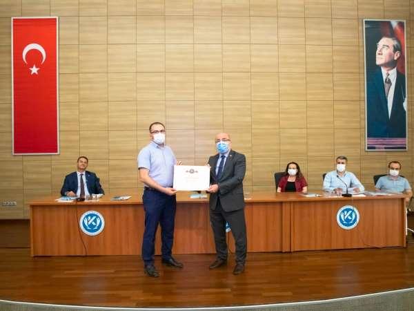 Kayseri Üniversitesine engelsiz üniversite işareti olan Turuncu Bayrak ödülü