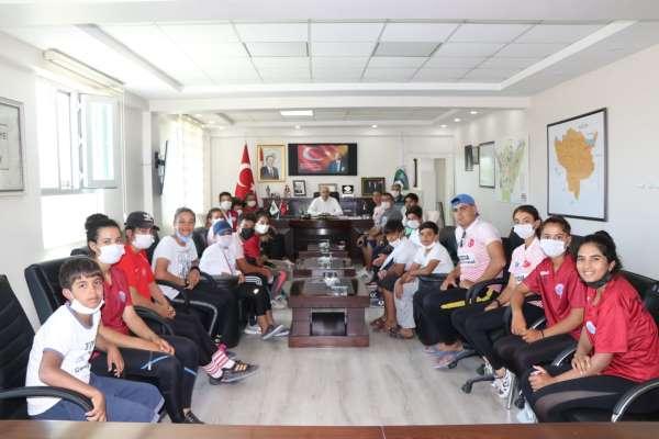 Şampiyon kanoculardan Başkan Aksoya ziyaret