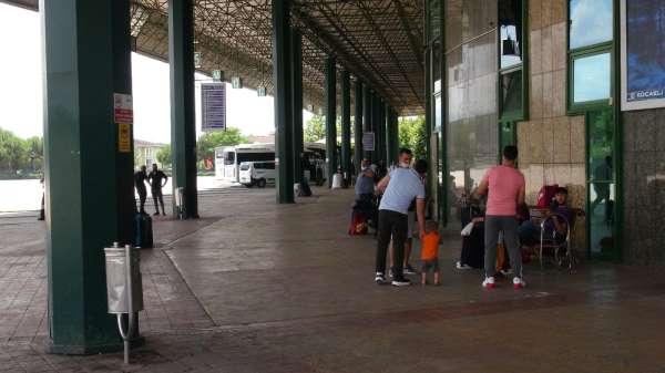Tatilciler özel araçlarla seyahate yönelince otobüsler boş kaldı