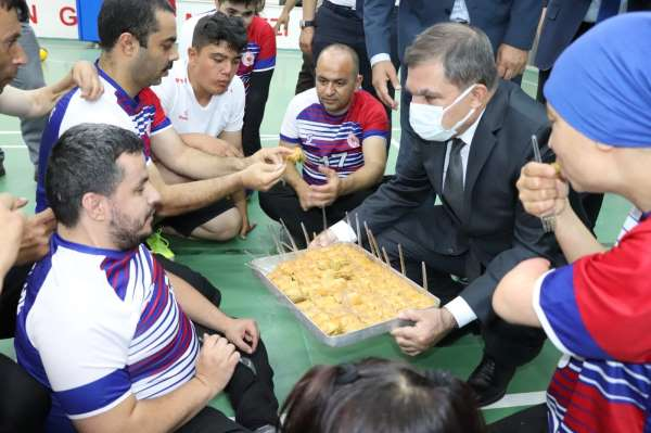 Vali Işık, şampiyon oyunculara elleriyle baklava yedirdi