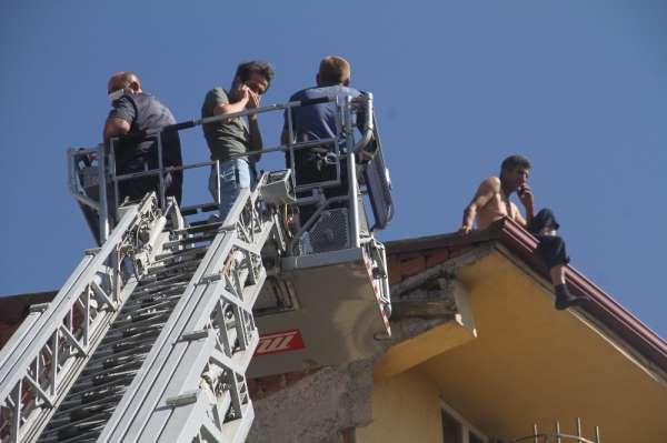 Elazığ'da intihara kalkışan şahsı, polis 3 saatte ikna ederek indirdi