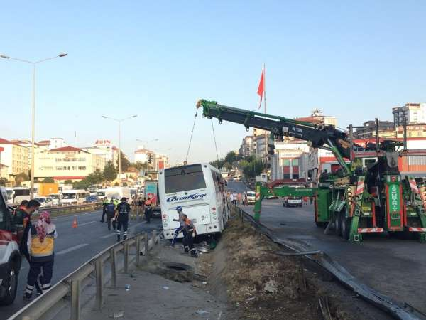 Pendik'te kaza yapan yolcu otobüsün enkazı kaldırıldı