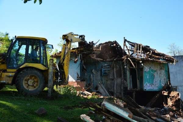 Kabadüz'de metruk binalar yıkılıyor